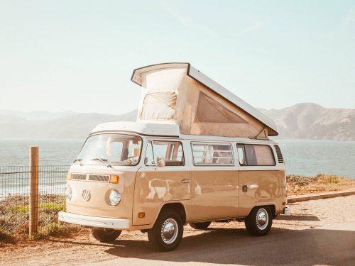 ikoninen Volkswagen T2 campervan nostoteltalla.