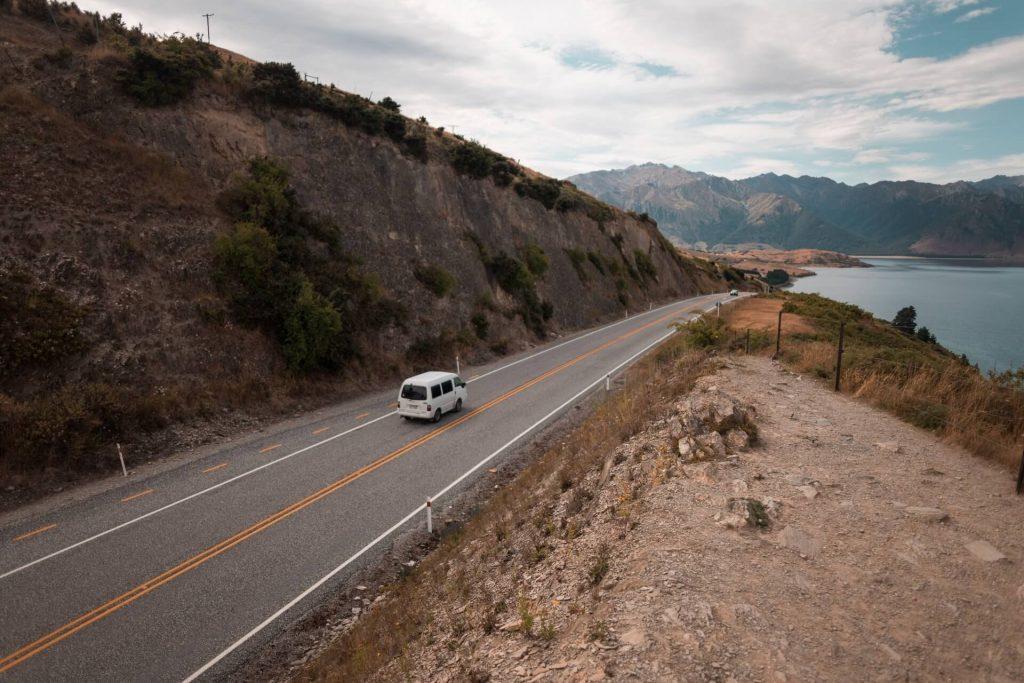 matkailuauto ajaa Uuden-Seelannin maisemissa