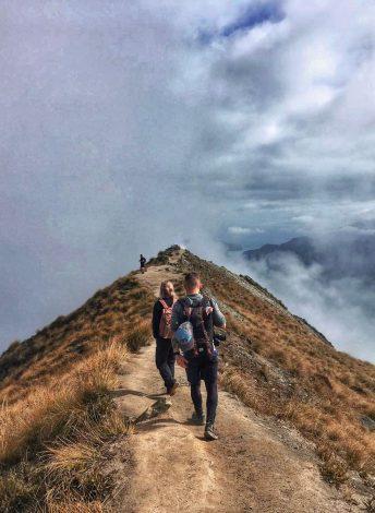 vaeltajat Roys Peak -vuorella.