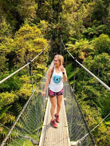 Retkeilijä Abel Tasmanin kansallispuiston riippusillalla.