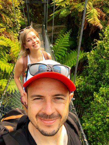 Retkeilijät Abel Tasman -kansallispuiston riippusillalla