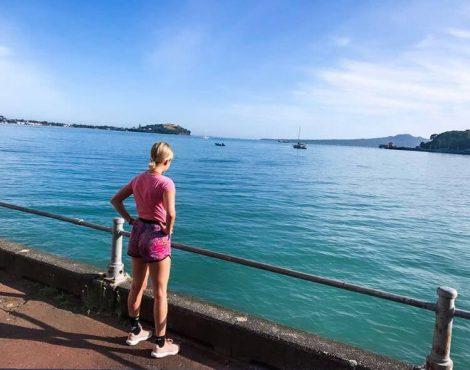 lenkkeilijä Aucklandissa veden äärellä.