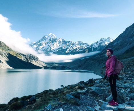 retkeilijä Hooker-järven maisemissa, Uusi-Seelanti.