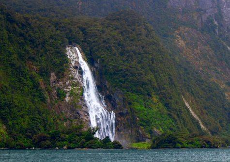 Vesiputous Milford Sound -vuonolla