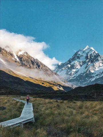 Matkailija Mt Cook-vuoren maisemissa.