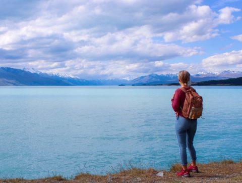 nuori nainen Pukaki-järven rannalla.