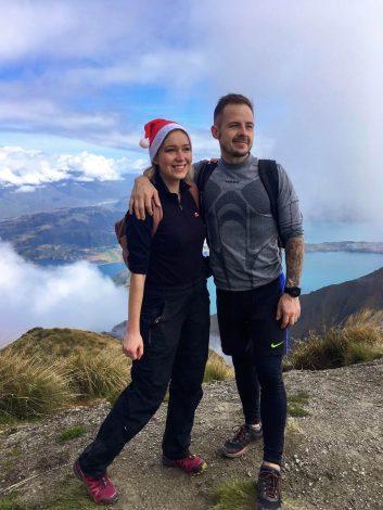 pariskunta Roys Peak -vuoren maisemissa.