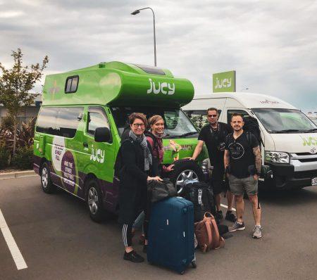 Jucy-campervan ja reissuseurue.