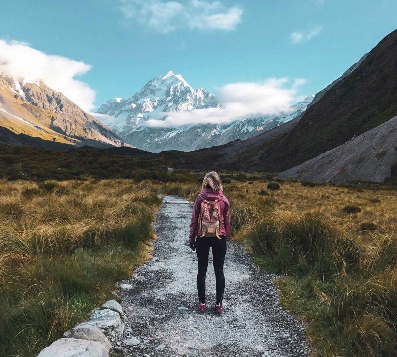 Retkeilijä Uudessa-Seelannissa vuorimaisemissa.
