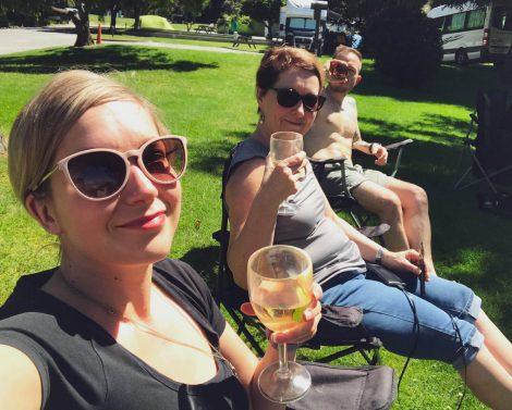 retkeilijät nauttimassa auringosta ja viinistä Wanakan leirintäalueella.