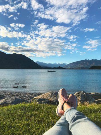 Retkeilijä Wanaka-järven rannalla.