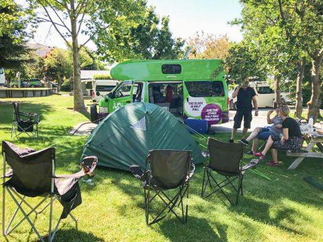 retkeilyauto ja teltta Wanakan leirintäalueen nurmikolla.