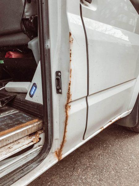 Ford Transit oven pielen pintaruostetta.