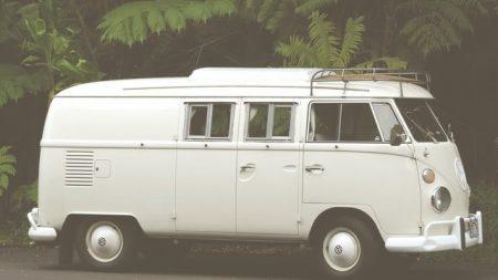 retro valkoinen VW retkeilyauto.