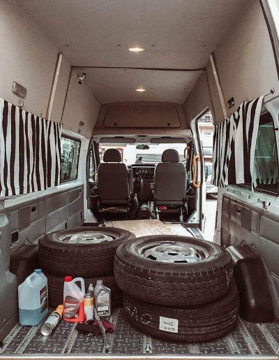 pakettiauto Ford Transit sisätilat takaovilta päin kuvattuna.