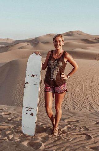 vanlife päiväkirjat -bloggaaja Emma Perun aavikolla.