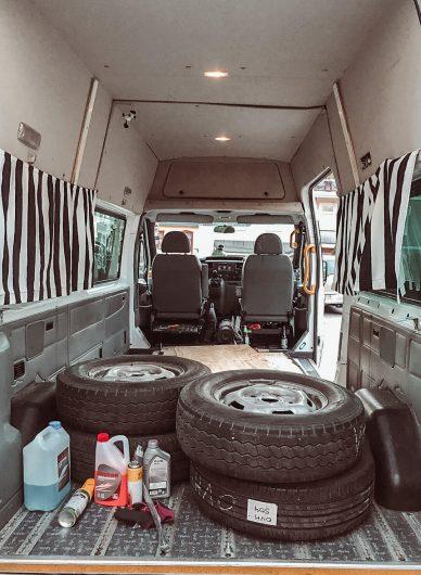 pakettiauton lattia, autonrenkaat ja puhdistustarvikkeita.