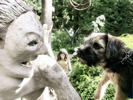 borderterrierin pentu ja patsas Parikkalan patsaspuistossa.