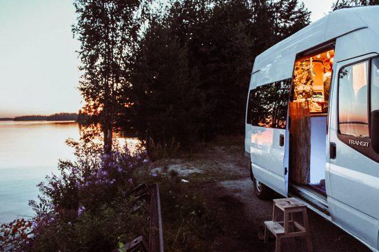 campervan auringonlaskussa Saimaan rannalla.