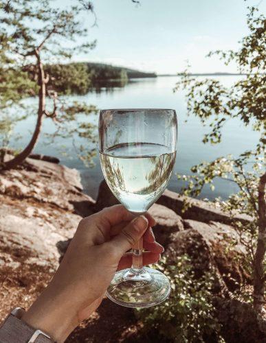 viinilasi Saimaan järvimaisemassa.