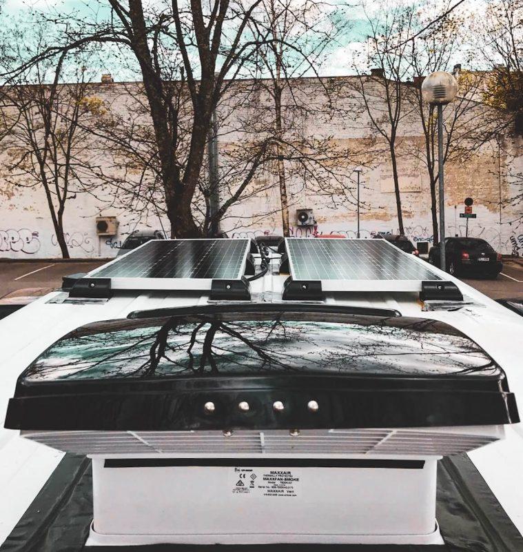 Kattotuuletin ja aurinkopaneelin valkoisen Ford Transitin katolla.