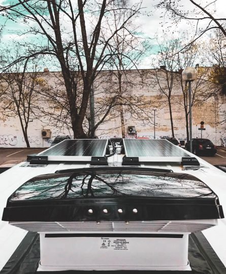 Kattotuuletin sekä aurinkopaneelit ratkeilyauton katolla.