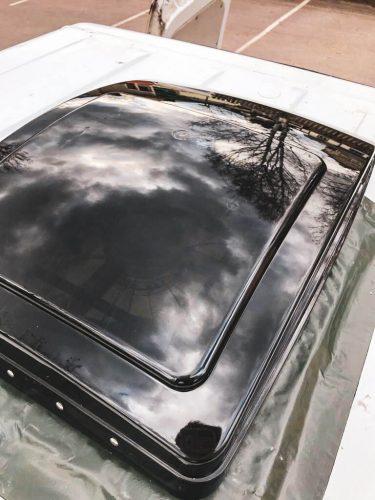 Teipillä tiivistetty kattotuuletin pakettiauton katolta kuvattuna.