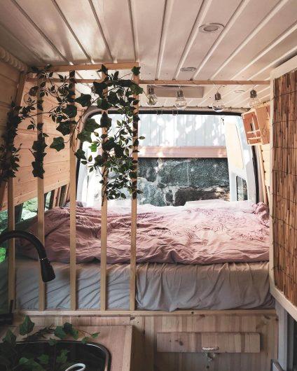 campervanin sänky ja auton takaosat kuvattuna.