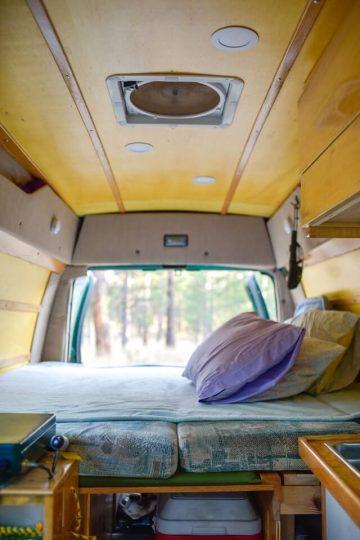 campervanin sisätilat ja sänky.
