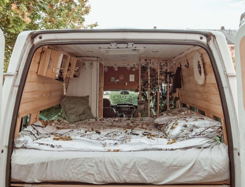 campervanin sänky takaovilta päin kuvattuna.