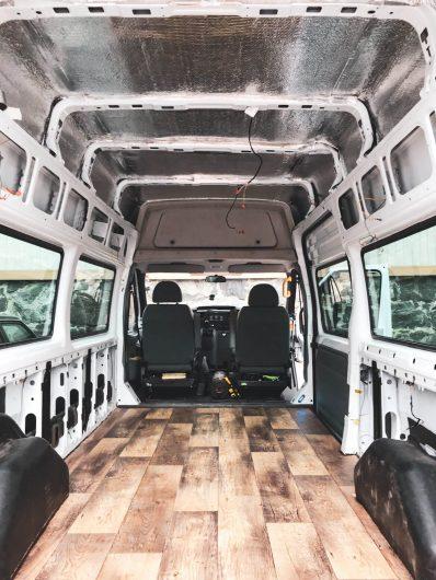 alumiinieristeellä vuorattu pakettiauton katto.