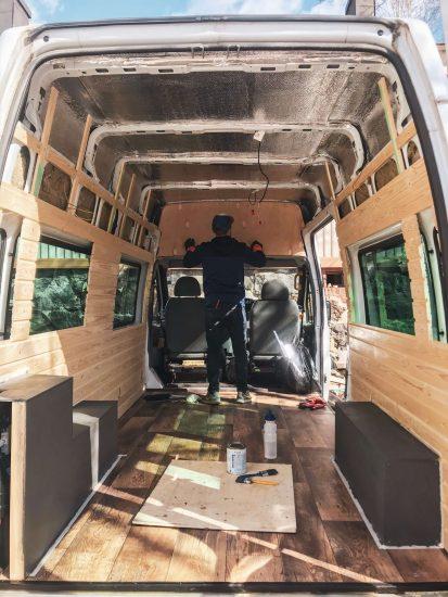 pakettiauton tuunaaja ja auton sisätilat takaovilta päin kuvattuna.