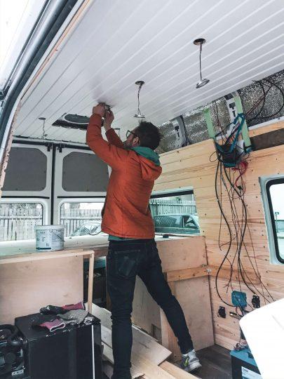 Matkailuauton LED-valojen asennusta