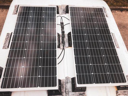 Renogyn aurinkopaneelit retkeilyauton katolla.