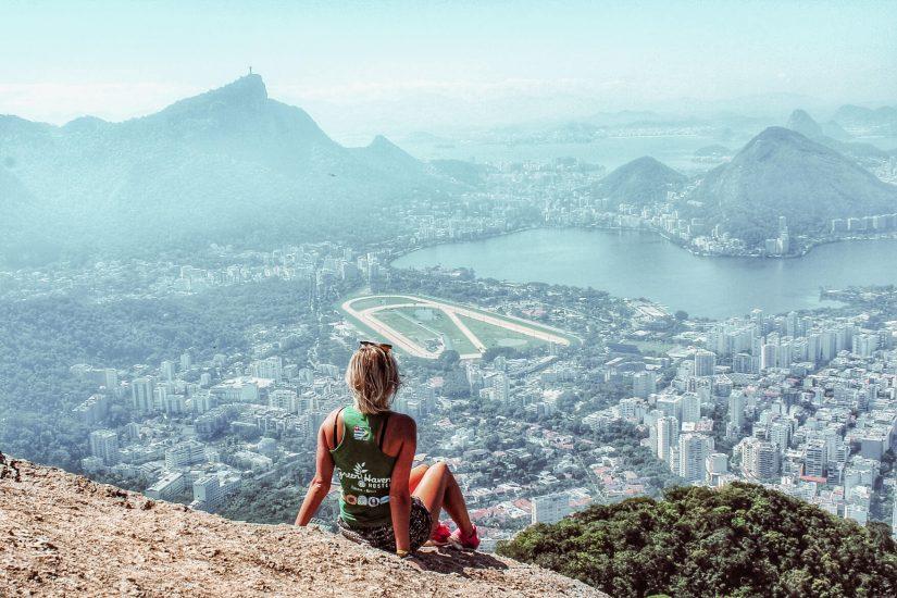 Reissaaja vuorella ja näkymä Rio de Janeiroon.