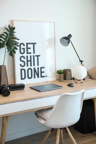 työpöytä ja Get shit done -taulu.