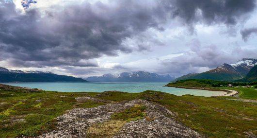 Lyngenin niemimaa, maisema vuonon rannalta.