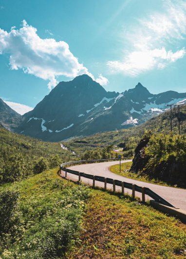 Mutkitteleva tie kohti Gryllefjordia vuoristomaisemassa.