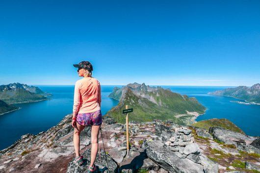 Retkeiijä Barden-vuoren huipulla.