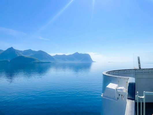 Tyyntä merimaisemaa lautan kyydistä kuvattuna Pohjois-Norjassa.