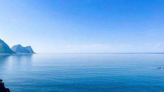 Tyyni, sininen merimaisema.