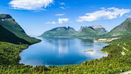Maisemakuva Senjalta, Gryllefjordiin johtavalta tieltä.