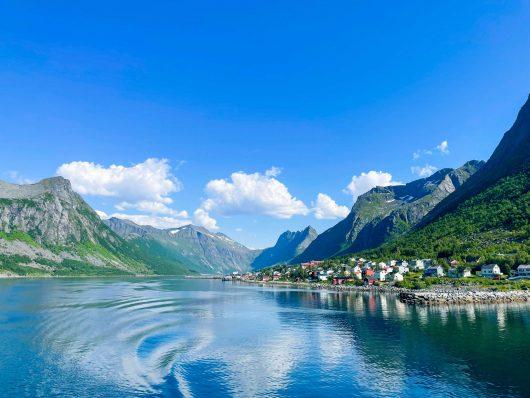 Maisema vuonolta käsin kohti Gryllefjordin kylää, Senja.