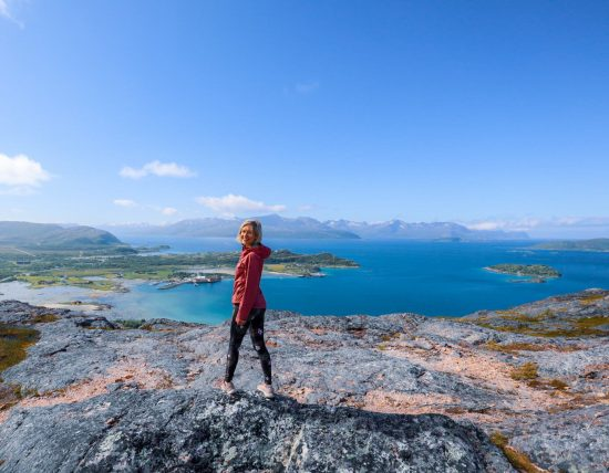 Retkeilijä Ørnfløya-kukkalan huipulla.
