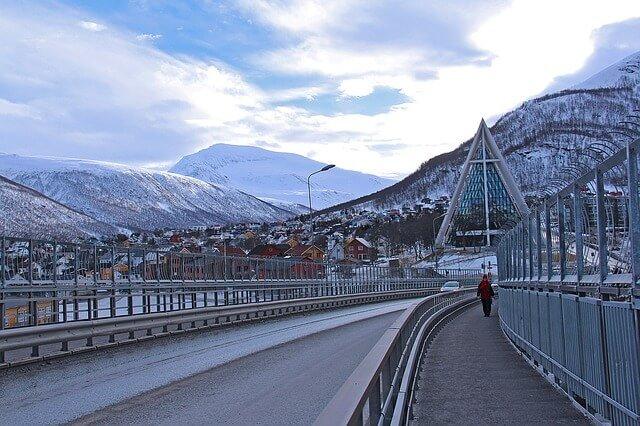 Tromssan sillalta näkymä Jäämerenkatedraaliin.