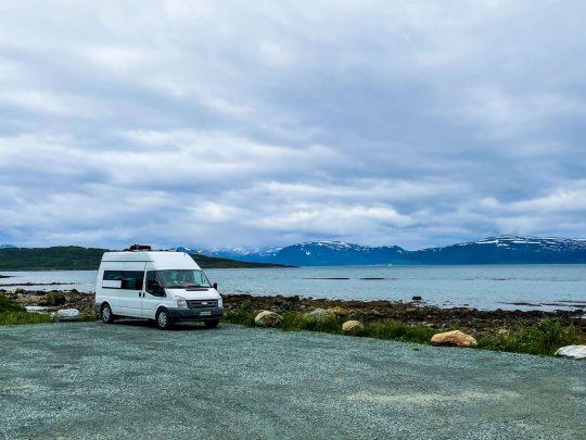 Ford Transt parkkipaikalla vuonon rannalla.
