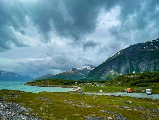 Kaksi pakua Norjassa vuonon rannalla.