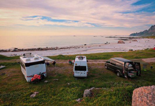 Matkailuautot Bleikin rannalla parkissa.