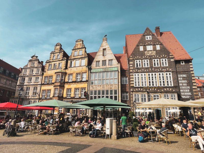 Marktplatz-aukion taloja.