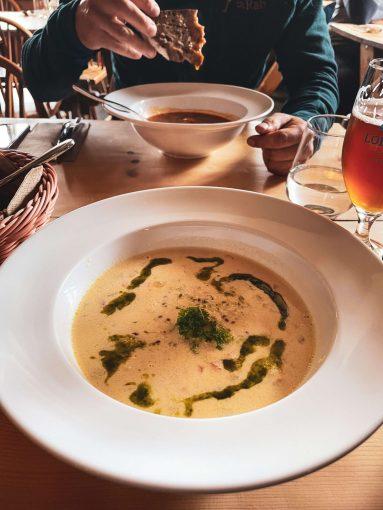 Keittolautaset Gammelbua-ravintolassa.